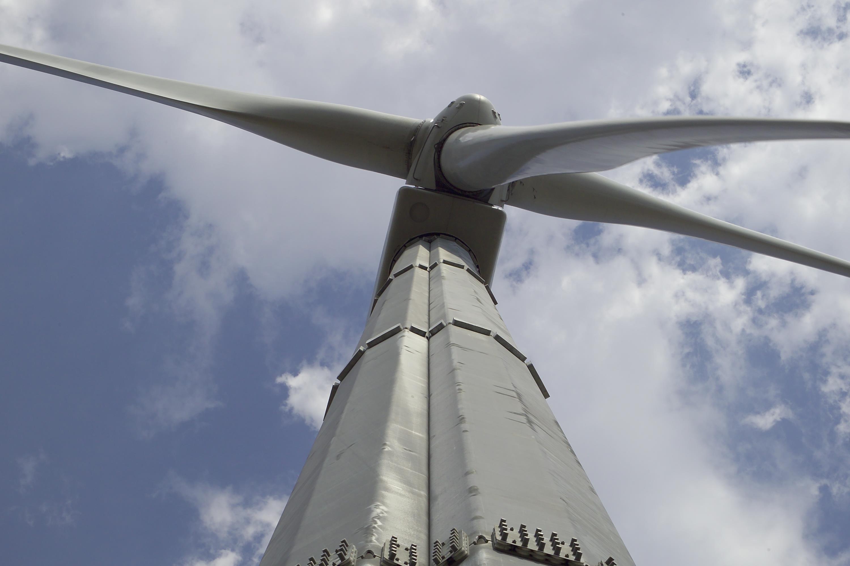 Deglaring Wind Turbine